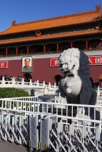 Leone simbolo di forza imperiale e dipinto di Mao sullo sfondo - ph Manu Nove