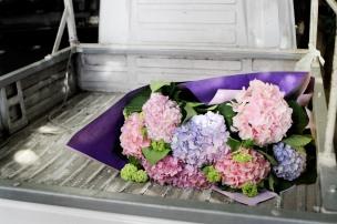 un fioraio usa un piccolo mezzo per trasportare coloratissimi fiori