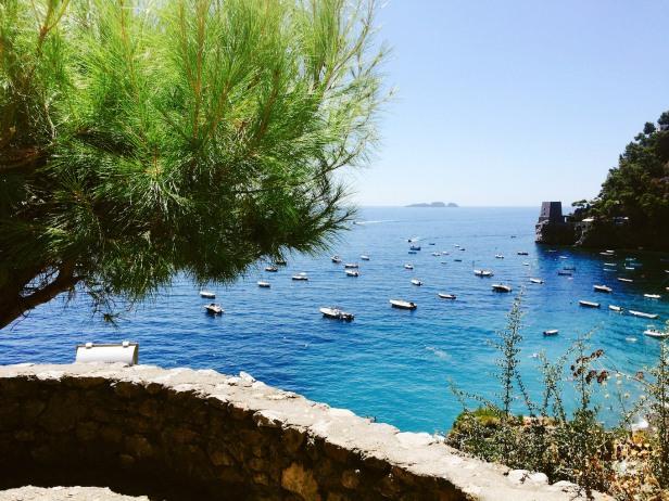 Spiaggia Fornillo e in lontananza l'arcipelago de Li Galli